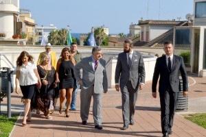 La delegazione all'arrivo al Comune