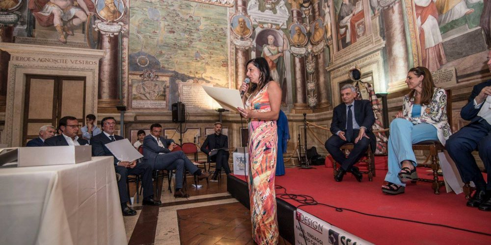 Lisa Bernardini mentre spiega l'abito in esposizione mandato da Mara Parmegiani  e parla della nota storica e colleizonista di moda